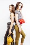 2 девочка-подростка лучших другов совместно имея потеху, представлять эмоциональный на белой предпосылке, усмехаться besties счас Стоковые Фото