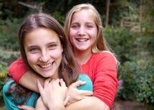 2 девочка-подростки и мобильного телефона Стоковое фото RF
