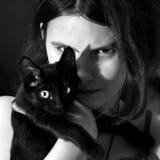 девочка-подросток держа котенка Стоковое Изображение