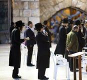 Евреи будучи помоленным на западной стене Стоковые Фотографии RF