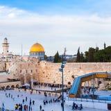 Евреи моля на западной стене Перемещение к Иерусалиму Израиль стоковые изображения rf