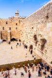 Евреи моля на западной стене Перемещение к Иерусалиму Израиль стоковые изображения
