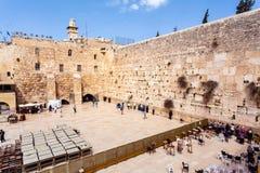 Евреи моля на западной стене Перемещение к Иерусалиму Израиль стоковые фотографии rf