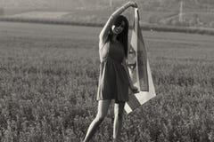 Еврейская девушка с флагом Израиля на изумляя ландшафте красивым летом стоковые фотографии rf