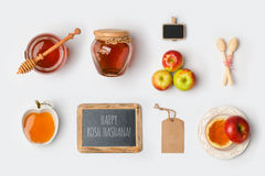 Еврейская насмешка Rosh Hashana праздника вверх по шаблону с медом и яблоками над взглядом Стоковые Изображения RF