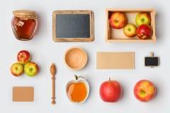 Еврейская насмешка Rosh Hashana праздника вверх по шаблону с опарником, яблоками и доской меда над взглядом Плоское положение Стоковая Фотография RF