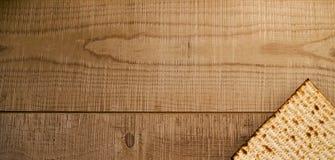 Еврейская традиционная еврейская пасха Matzot на деревенской деревянной предпосылке Стоковое Изображение