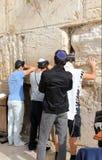 Еврейские верующие молят на голося стене важное еврейское вероисповедное место в Иерусалиме, Израиле. Стоковое Изображение