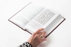 Еврейские псалмы книги Дэвида, с рукой ` s женщины, на белой предпосылке стоковая фотография