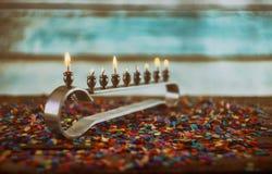Еврейские символы hannukah праздника - menorah стоковые фото