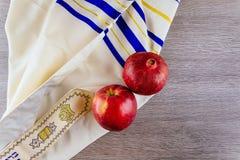 Еврейские яблоки Tallit праздника и гранатовое дерево Rosh Hashana Стоковые Изображения RF