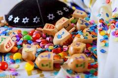 Еврейский натюрморт Dreidel праздника составил элементов фестиваль Chanukah Хануки Стоковое фото RF