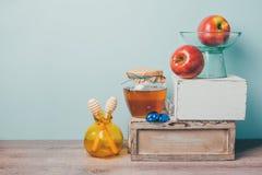 Еврейский натюрморт Rosh Hashana праздника с медом, яблоками и шоколадом Стоковые Фото