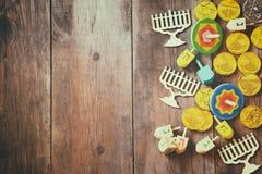 еврейский праздник Ханука с деревянным собранием dreidels Стоковое Изображение RF