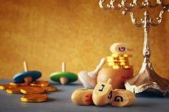 еврейский праздник Ханука с деревянными dreidels (закручивая верхняя часть) Стоковое фото RF