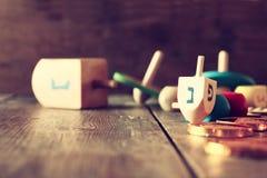еврейский праздник Ханука с деревянными dreidels Стоковые Фотографии RF