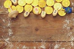 еврейский праздник Ханука с деревянным собранием dreidels Стоковое фото RF