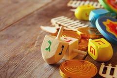 еврейский праздник Ханука с деревянным собранием dreidels Стоковые Фотографии RF