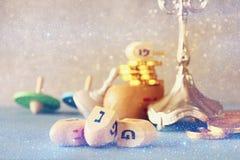 еврейский праздник Ханука с dreidels (закручивая верхней частью) и монетками c Стоковые Фото