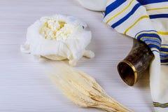 Еврейский сыр праздника, пшеничное поле молочных продучтов на деревянной предпосылке Концепция Shavuot над взглядом стоковые фото