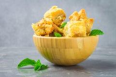 Еврейский, турецкий, арабский традиционный национальный десерт Макрос Селективный фокус Бахлава с медом и гайками Стоковая Фотография