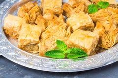 Еврейский, турецкий, арабский традиционный национальный десерт Макрос Селективный фокус Бахлава с медом и гайками Стоковое Изображение RF