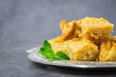 Еврейский, турецкий, арабский традиционный национальный десерт Макрос Селективный фокус Бахлава с медом и гайками Стоковые Фото
