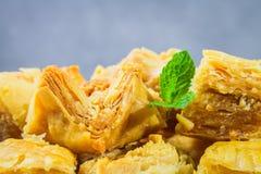 Еврейский, турецкий, арабский традиционный национальный десерт Макрос Селективный фокус Бахлава с медом и гайками Стоковое Фото