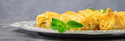 Еврейский, турецкий, арабский традиционный национальный десерт Макрос Селективный фокус Бахлава с медом и гайками, знаменем Стоковые Фотографии RF