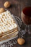 Еврейский хлеб Matzah с вином на праздник еврейской пасхи Стоковое Изображение RF