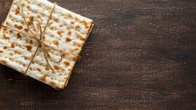 Еврейский хлеб Matzah с вином на праздник еврейской пасхи Стоковая Фотография