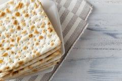 Еврейский хлеб Matzah с вином на праздник еврейской пасхи Стоковая Фотография RF