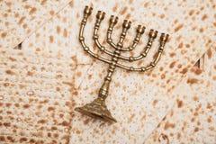 Еврейский хлеб - matza с подсвечником - menorah Стоковая Фотография