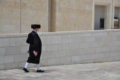 Еврейский человек идет около западной стены в Иерусалиме стоковые фотографии rf