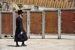 Еврейский человек идет около западной стены в Иерусалиме стоковая фотография rf