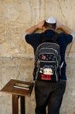 Еврейский человек моля в Иерусалиме Стоковое Фото