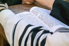 Еврейский человек моля Стоковая Фотография