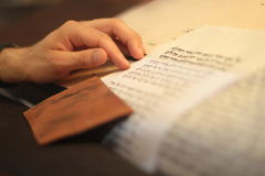 Еврейский человек с сочинительством бороды на перечене пергамента Фото принятое дальше: 30-ое декабря 2015 Стоковые Изображения