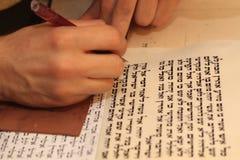 Еврейский человек с сочинительством бороды на перечене пергамента Фото принятое дальше: 30-ое декабря 2015 Стоковая Фотография
