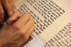 Еврейский человек с сочинительством бороды на перечене пергамента Фото принятое дальше: 30-ое декабря 2015 Стоковое Изображение