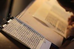 Еврейский человек с сочинительством бороды на перечене пергамента Фото принятое дальше: 30-ое декабря 2015 Стоковые Фото