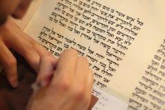 Еврейский человек с сочинительством бороды на перечене пергамента Фото принятое дальше: 30-ое декабря 2015 Стоковые Фотографии RF