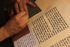 Еврейский человек с сочинительством бороды на перечене пергамента Фото принятое дальше: 30-ое декабря 2015 Стоковое фото RF