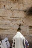 Молить в шали Стоковые Изображения
