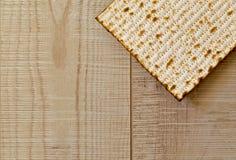 Еврейское Matzot на серой деревянной предпосылке с экземпляр-космосом Плоское положение Стоковое фото RF
