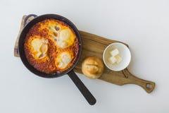 Еврейское shakshuka взбитых яя в сковороде стоковые фото