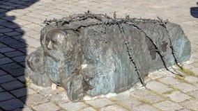 Еврей вставать на колени, часть памятника Vienna's против войны и фашизм стоковые фото
