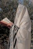 Еврей молит prayerbook и дуть шофар Rosh Hashanah Стоковое Фото