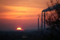 европа Польша экологичность Закоптелые печные трубы фабрики в заходе солнца Осень 2017 стоковое фото rf