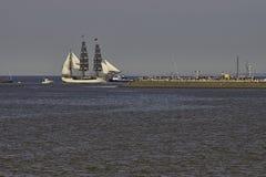 Европа расшивы парусного судна входя в Harlingen стоковые изображения rf